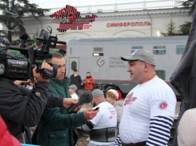 «Соединяя берега»: силовой рекорд России атлеты посвятили началу движения поездов по Крымскому мосту