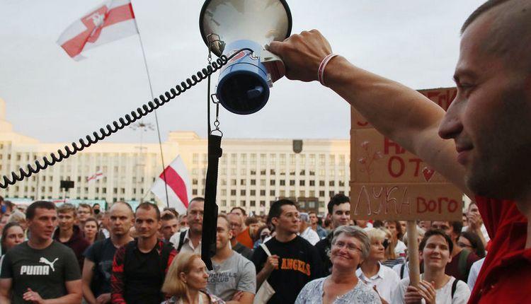 Белорусские оппозиционеры и ЕС начали раздавать деньги