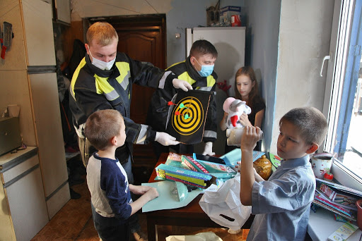 Детишки из малообеспеченных семей получают подарки от волонтеров компании СУЭК в рамках акции #МыВместе