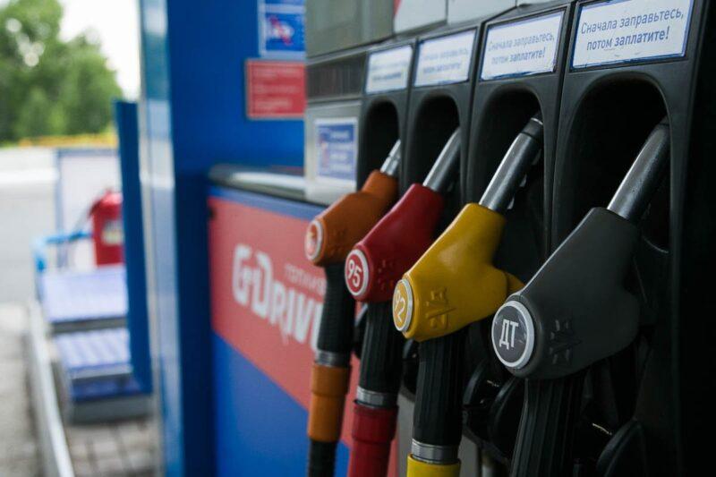 Ограничение экспорта бензина поможет удержать цены на топливо – эксперт РАНХиГС
