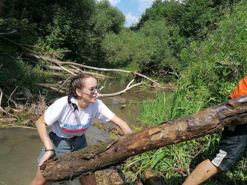 Пляж на речке Большая Смедова расчистил вместе с экологами советник губернатора Московской области