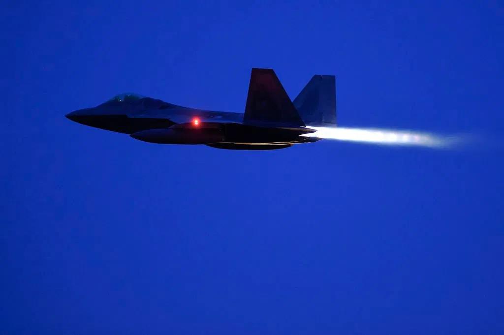 Hawaï: Épais brouillard au dessus d'un scramble de F-22