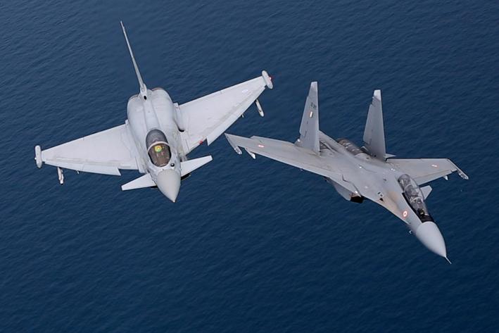 L'image : dogfight entre les SU-30 de l'IAF et les Typhoon de la RAF.