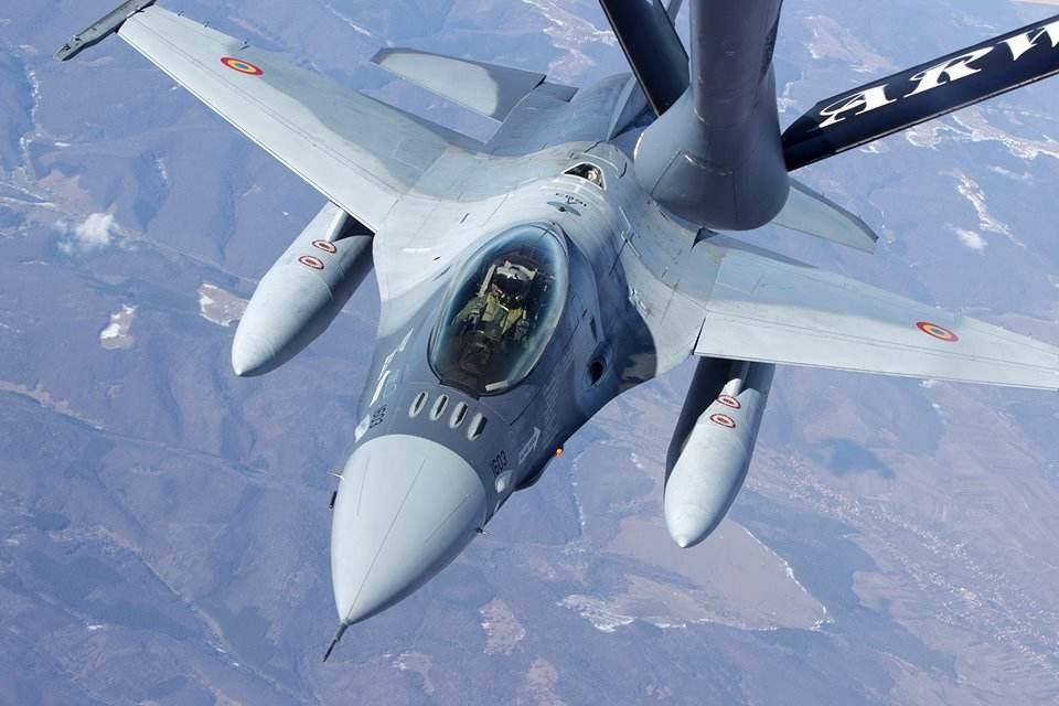 Premiers ravitaillements en vol des F-16 roumains