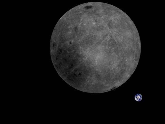 Une vue complète de face cachée de la Lune, avec la Terre en arrière-plan