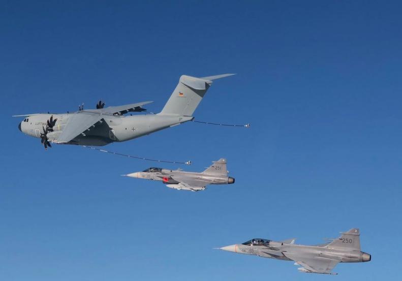 Les Gripen au ravitaillement en vol avec un A400M en Suède