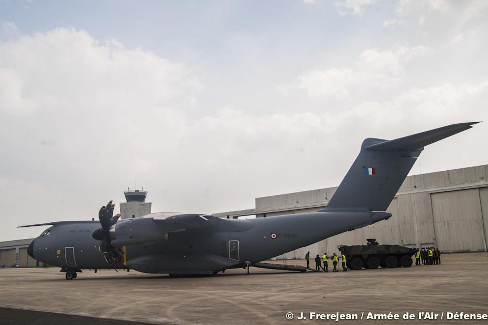 L'Airbus A400 M vole avec un VBCI à son bord