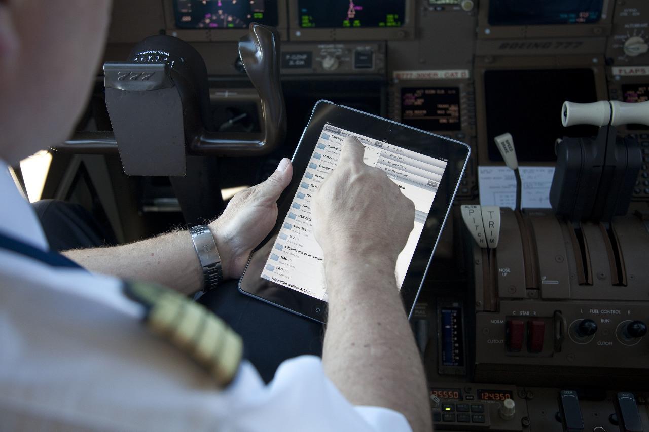AFI KLM E&M intègre des supports de tablettes Electronic Flight Bag pour Emirates