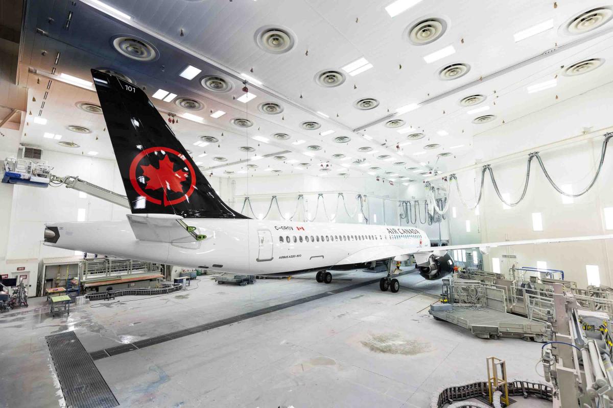 Le premier Airbus A220 d'Air Canada sort de l'atelier de peinture.
