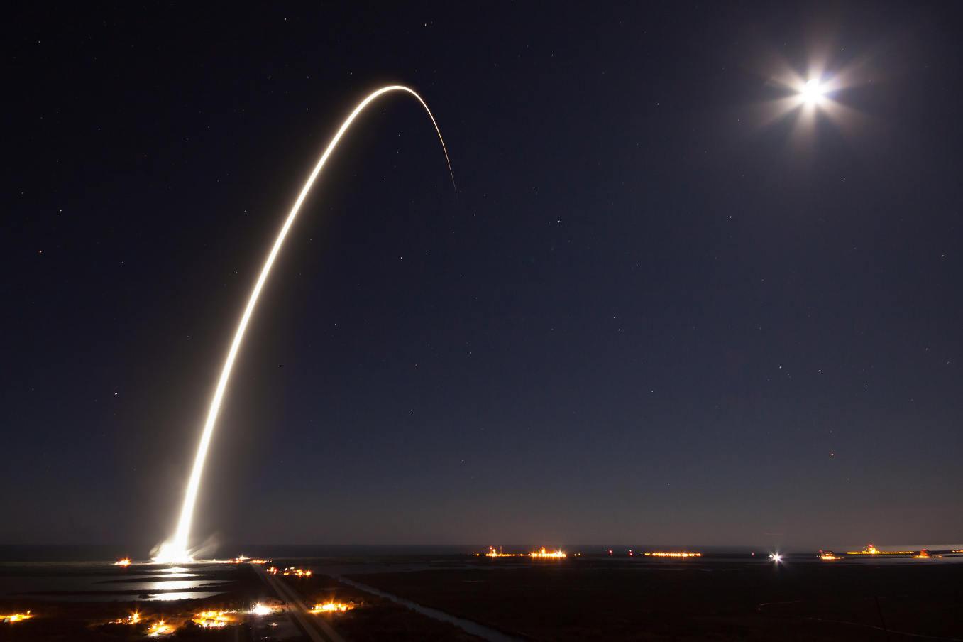 SpaceX met sur orbite EchoStar 23 mais court toujours après le temps