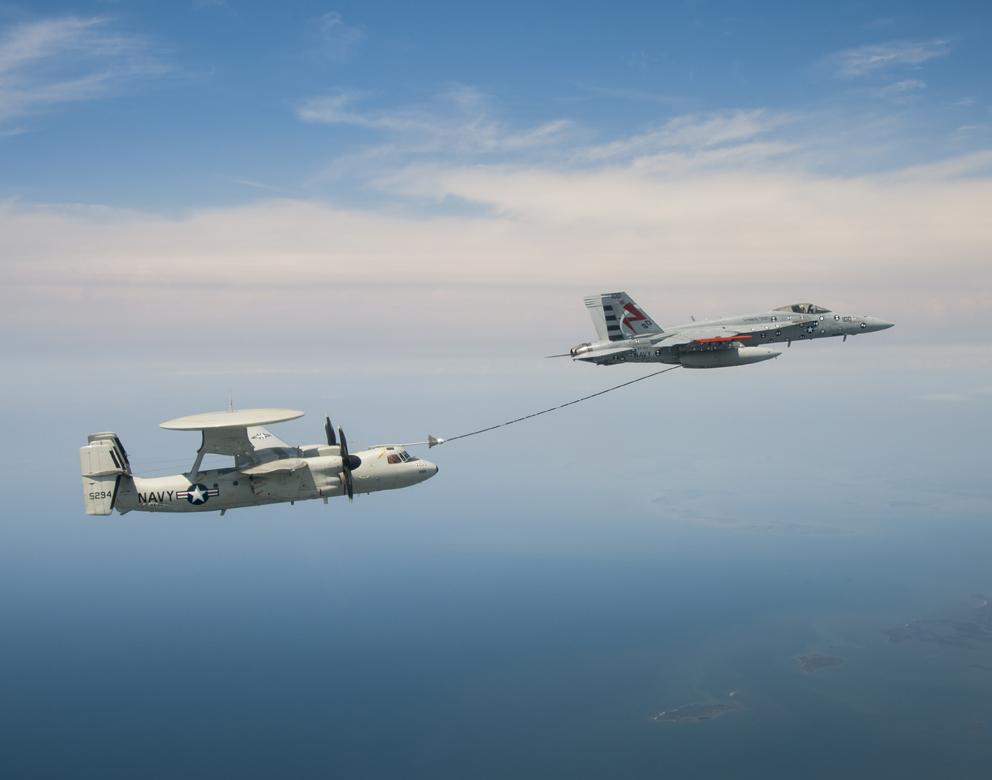 L'image : Un E2C Hawkeye aux essais de ravitaillement