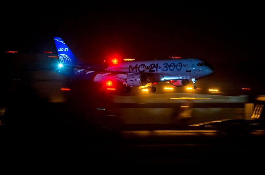 Le MC-21 effectue son premier atterrissage de nuit