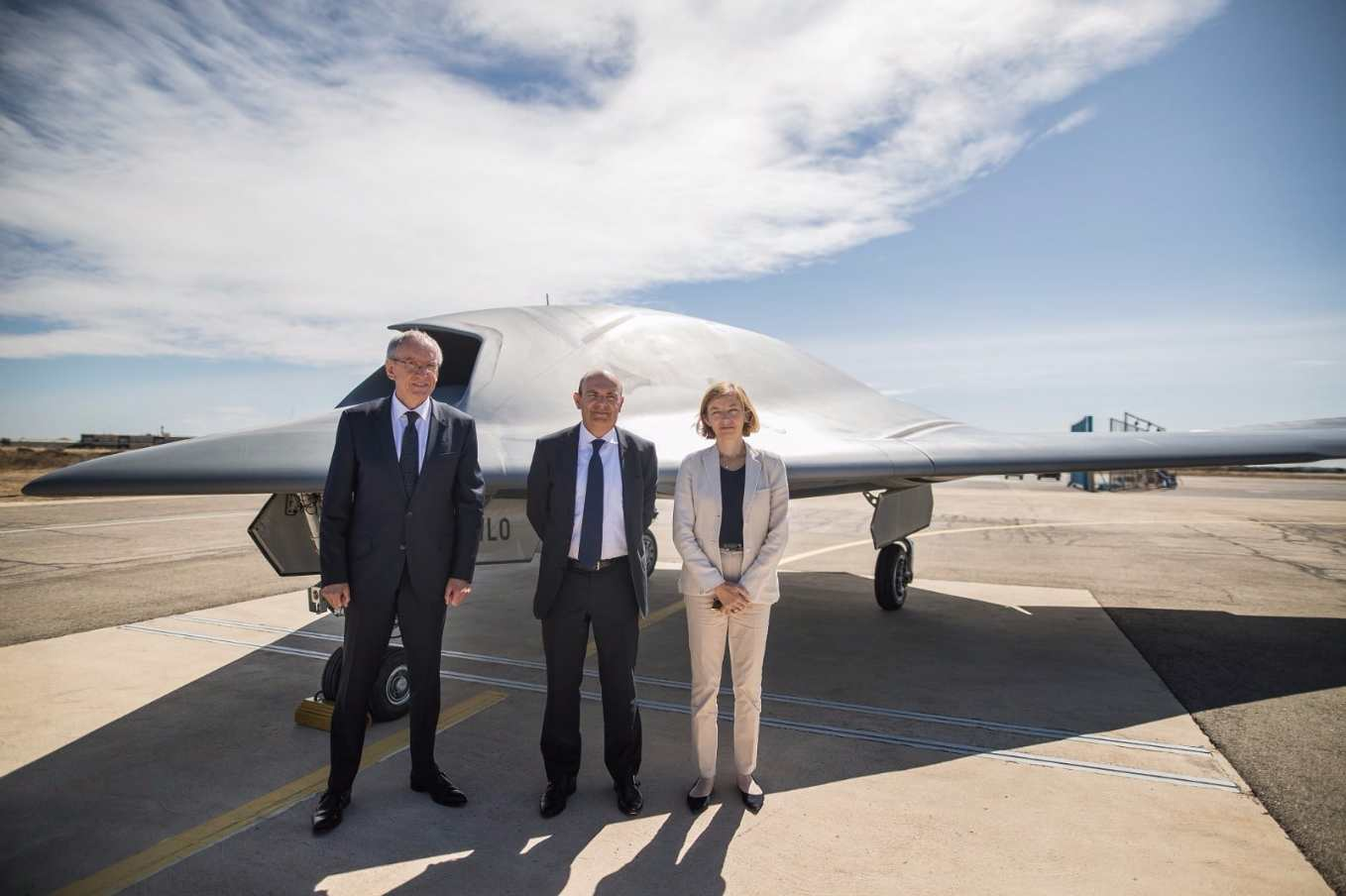 New French minister gets close-up look at nEUROn