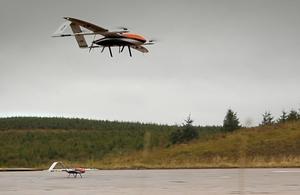 Au Royaume-Uni, le ministère de la défense fait voler un essaim de 20 drones