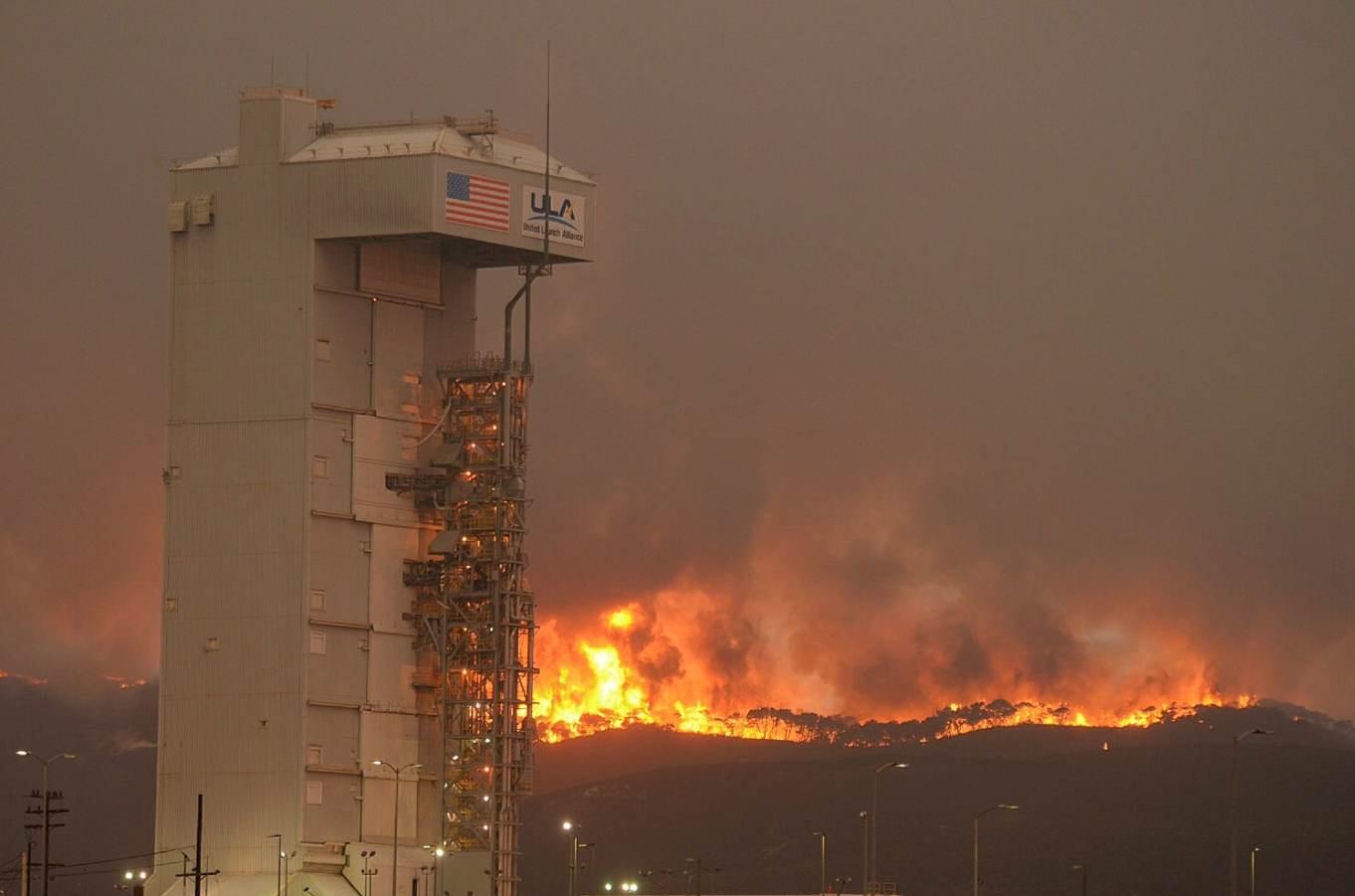 La base de Vandenberg cernée par les flammes