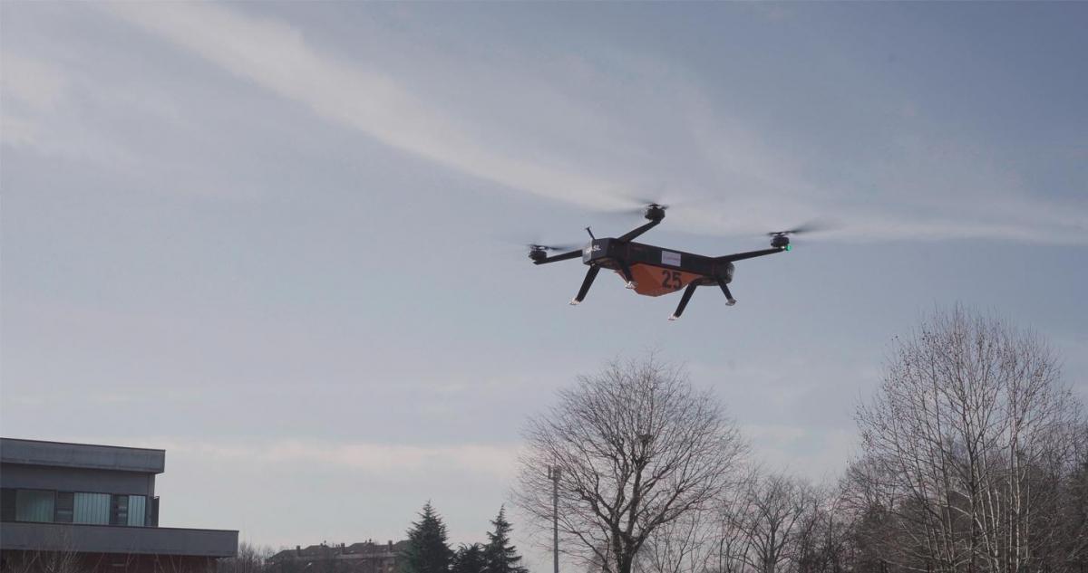 Leonardo conduit un vol de drone, emportant une charge utile de 25 kilos