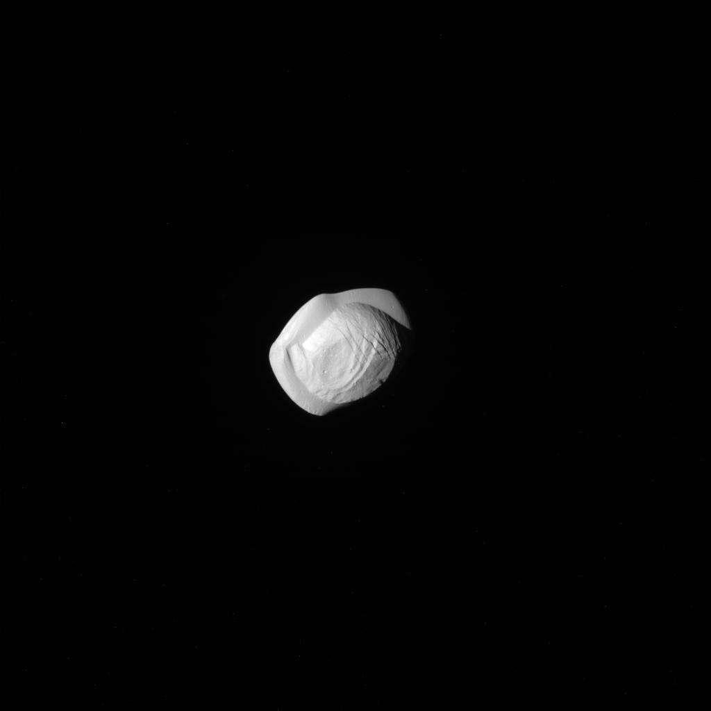 Une nouvelle lune autour de Saturne dotée d'une crête équatoriale