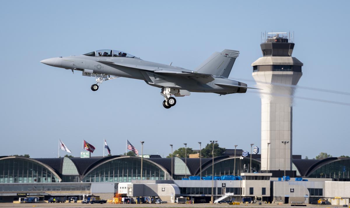 Boeing livre le premier F/A-18 Super Hornet Block III opérationnel à la marine américaine.