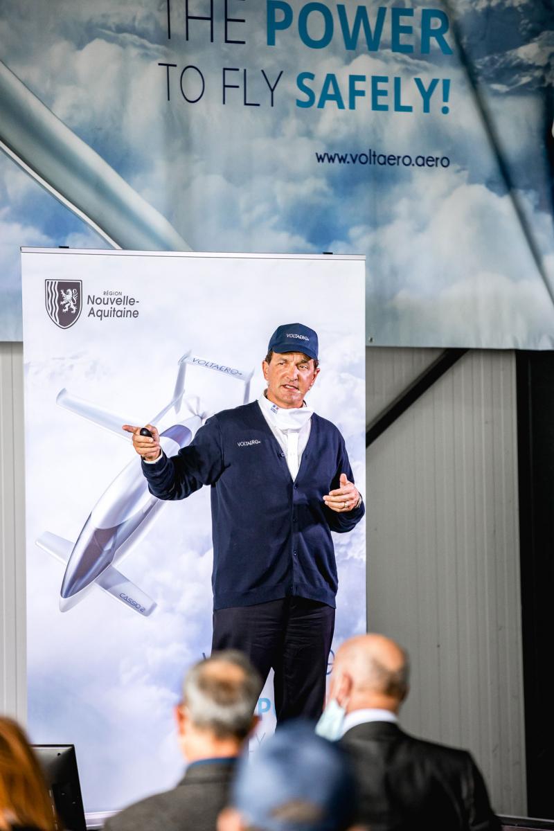 Jean Botti devant une illustration de ce que sera le Cassio de production, destiné à être certifié en 2023