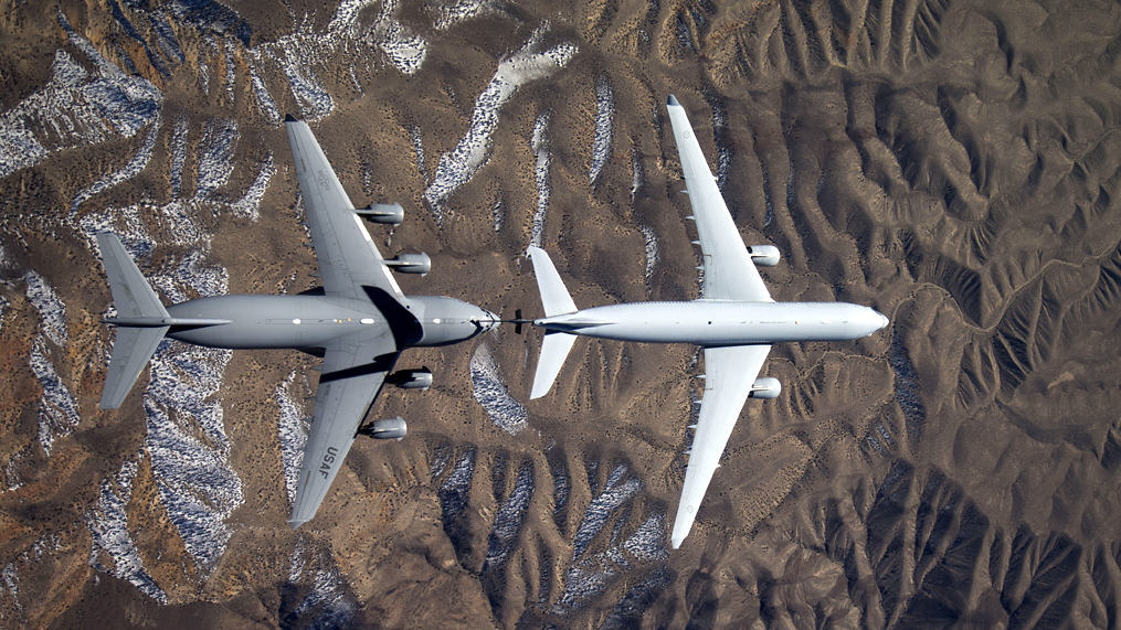 L'image : Premier essai de ravitaillement entre un MRTT et un C-17 de l'USAF