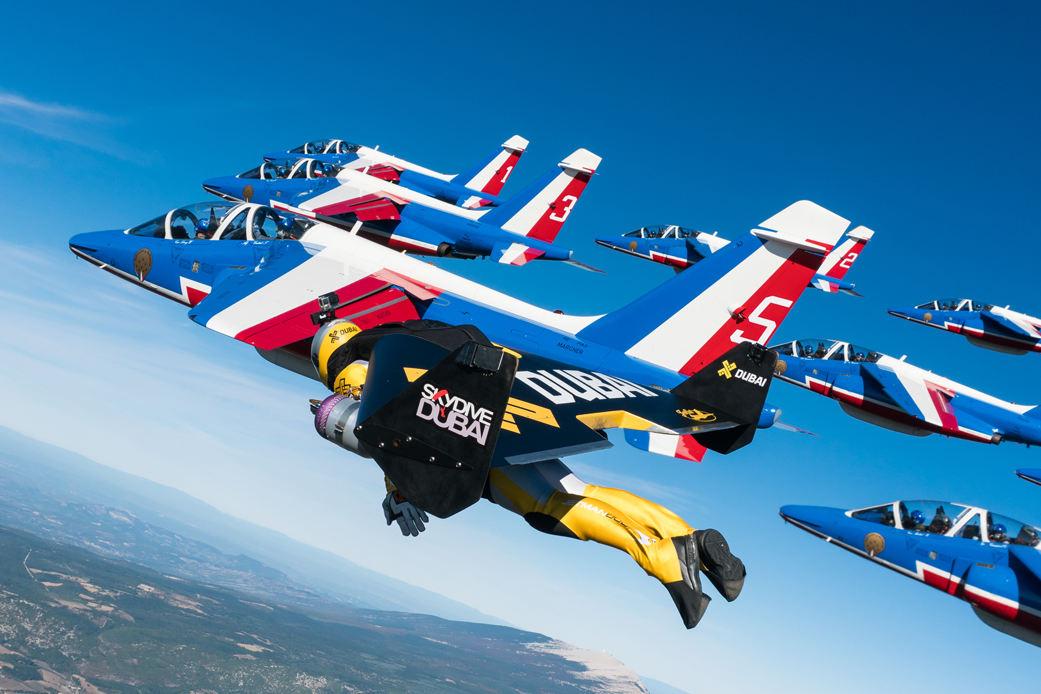 Jetman en vol en formation avec la Patrouille de France