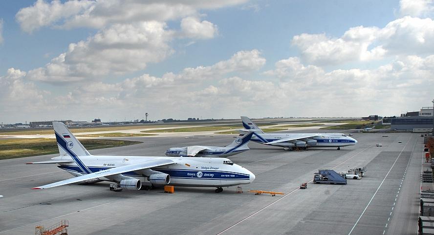 Volga-Dnepr à l'aéroport de Leipzig-Halle pour le fret humanitaire