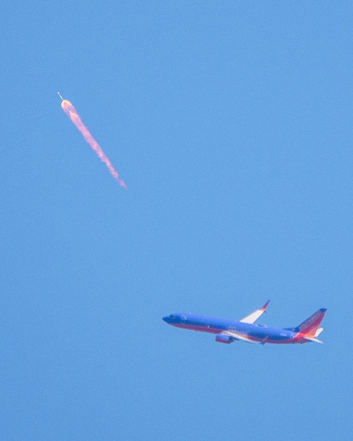 Un Boeing 737 « croise » une fusée Falcon 9