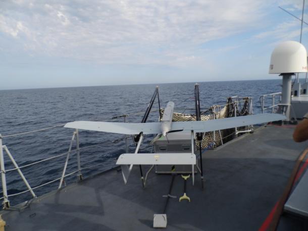 Un drone à voilure fixe sur un bâtiment de la Marine