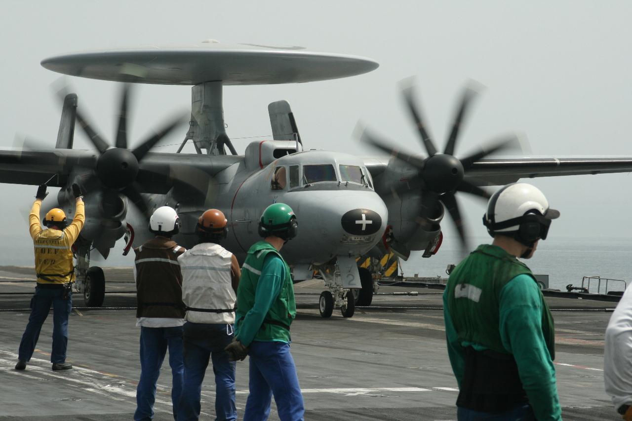"""""""Charles de Gaulle"""" : le Hawkeye au soutien des opérations aériennes"""