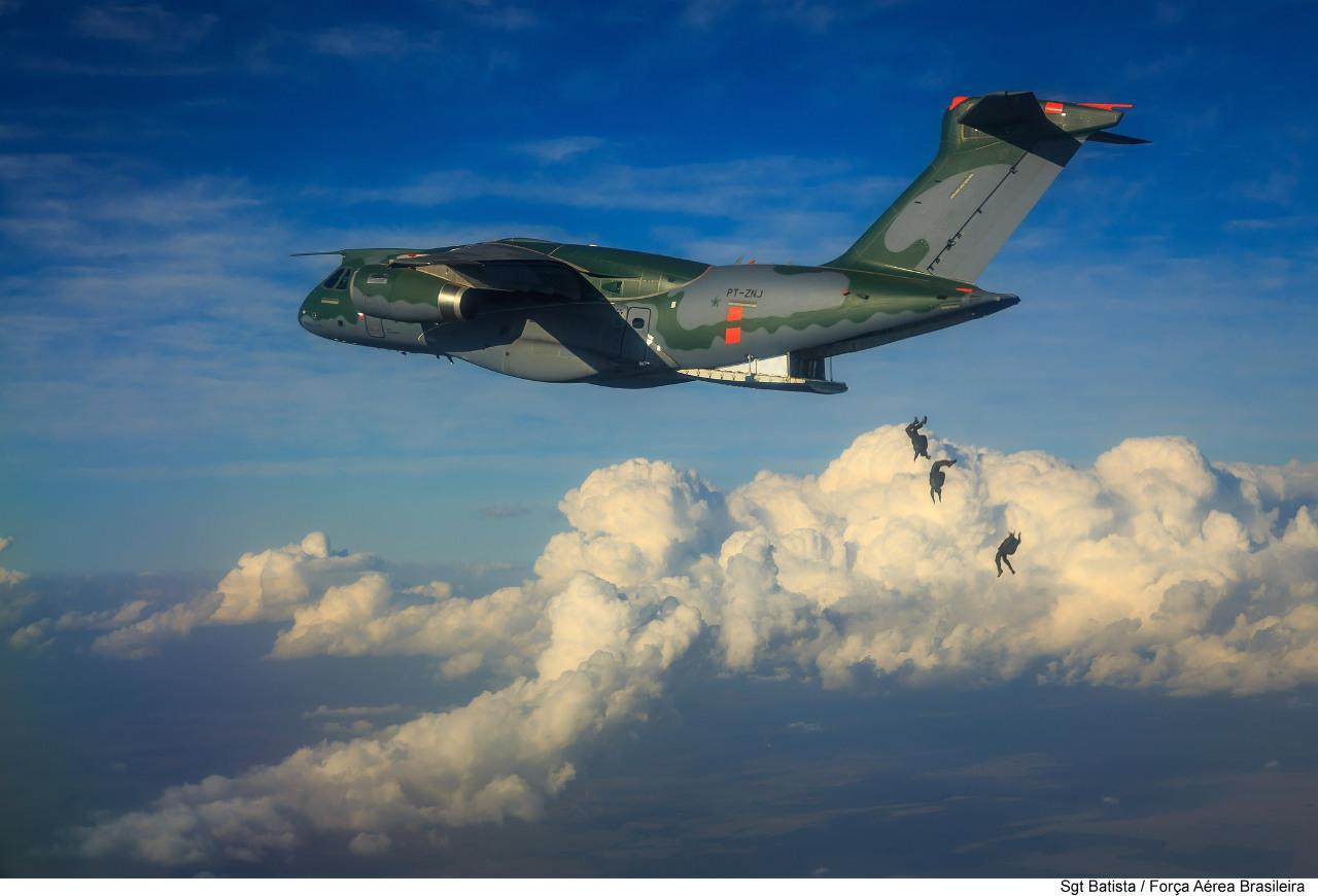 Premiers essais de largage de parachutistes pour le KC-390