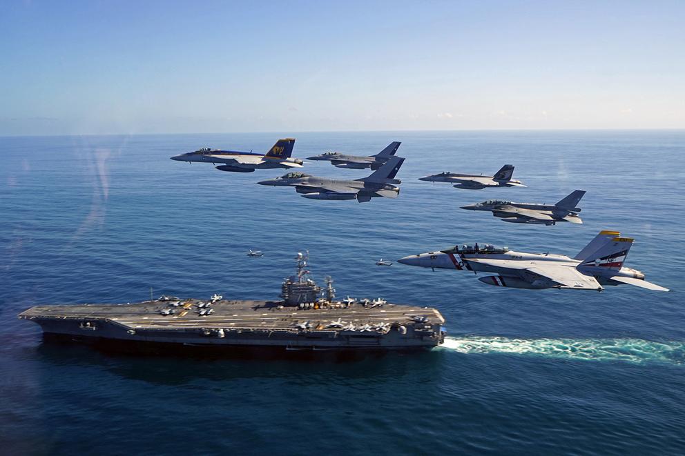L'image : Exercice conjoint des forces aériennes Chiliennes et l'U.S. Navy dans le Pacifique