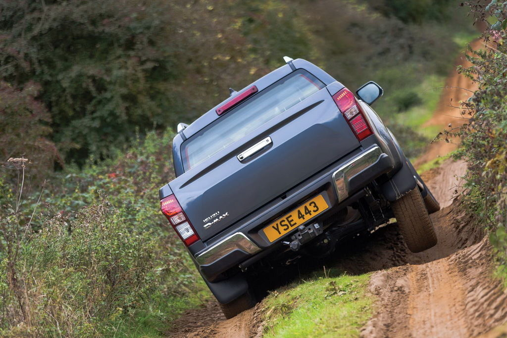 Content isuzu d max my17 rear on rough track