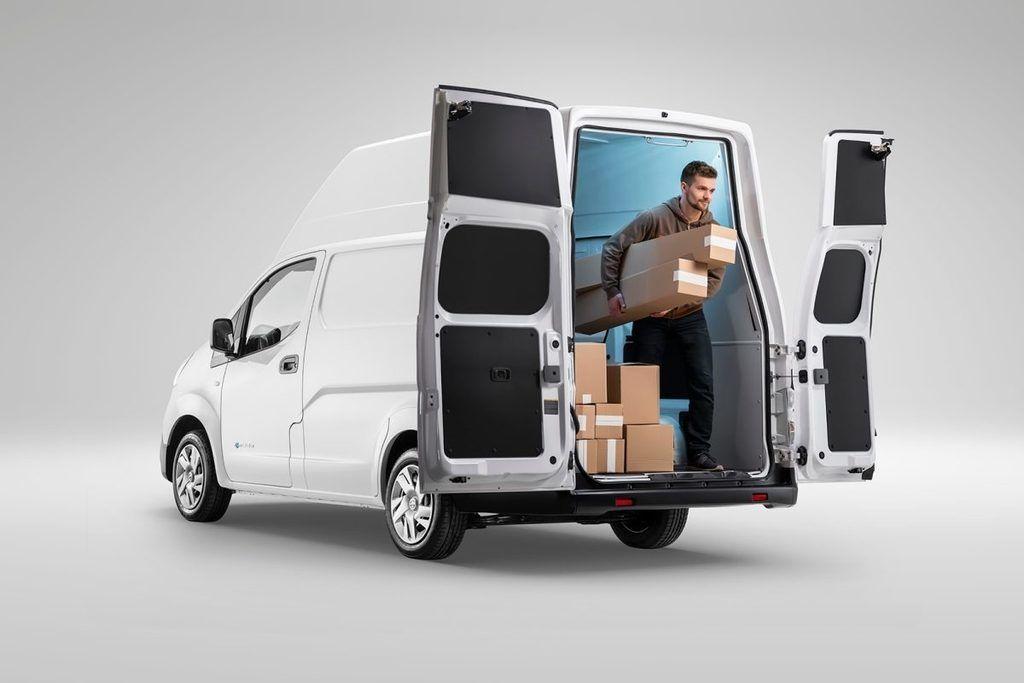 Content nissan e nv200 xl voltia back view open door delivery guy.jpg.ximg.l 12 m.smart