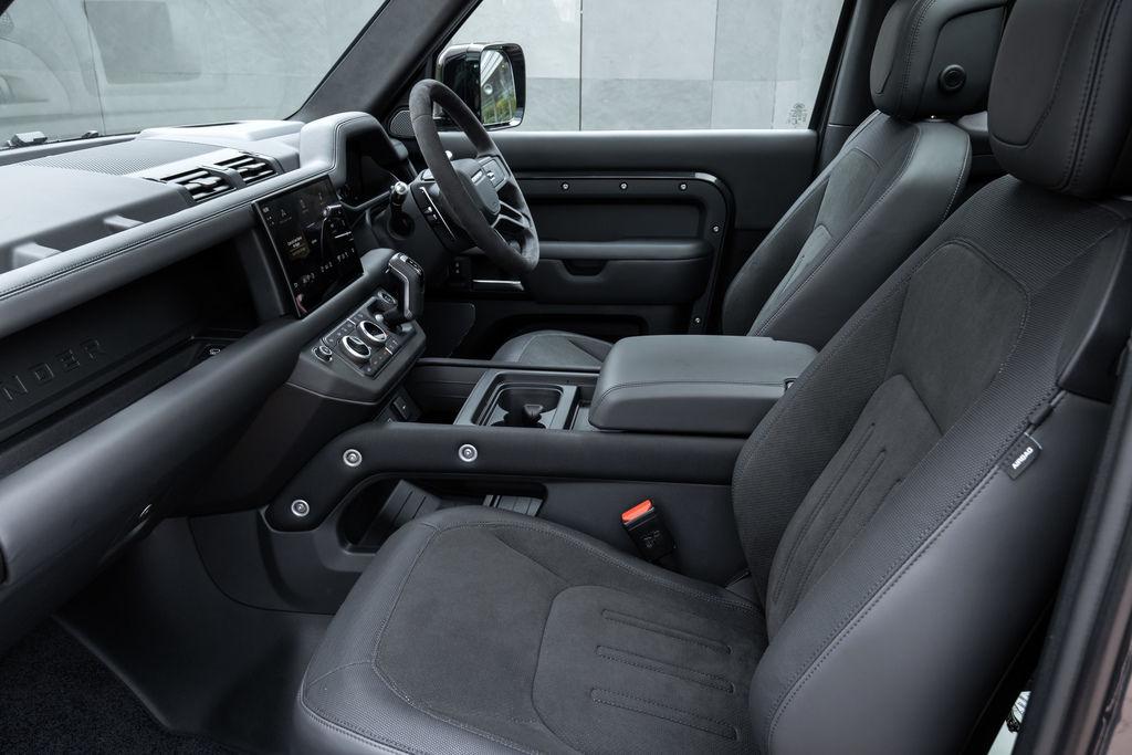 Content def 90 v8 interior 210721 04