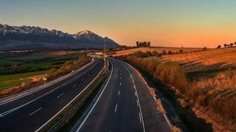 Ročná diaľničná známka zatiaľ ostáva, no hrozí jej zrušenie