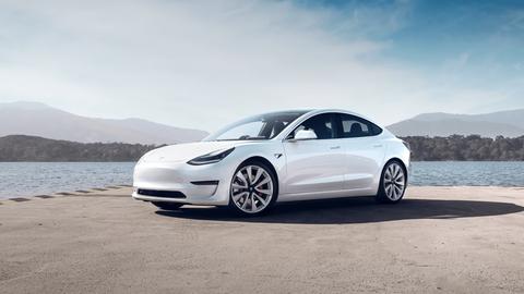 Elektromobily Tesla Model 3 vyrobené v Číne putujú na európske trhy