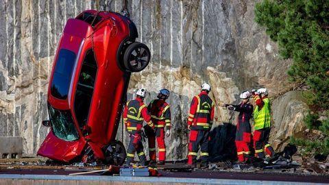 Volvo zhodilo autá z 30-metrovej výšky, aby pomohlo záchranárom (VIDEO)