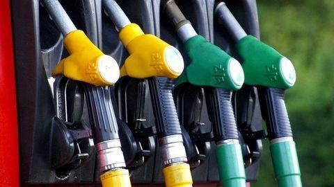 Cena ropy šplhá k dvojročnému maximu. Palivá majú zdražieť o ďalších 10 %!
