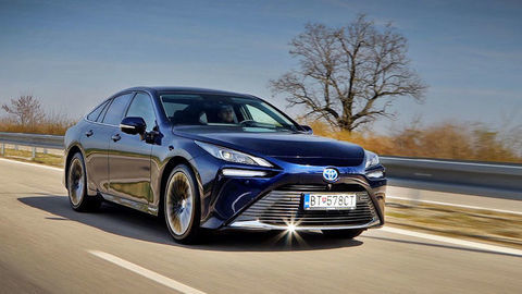Toyota Mirai: Otestovali sme prvé vodíkové auto predávané na Slovensku (VIDEO)