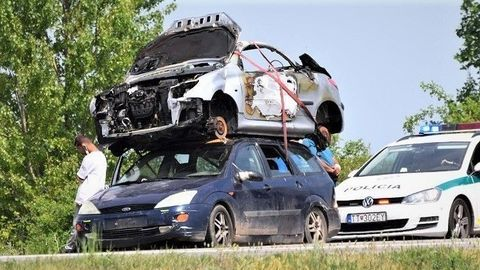 """Policajti v Trnave zastavili tento """"nákladiak"""". Na streche viezol obhorený vrak (FOTO)"""