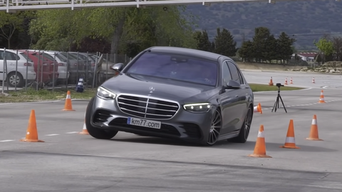 Pozrite sa, ako dlhý Mercedes-Benz Triedy S bojoval v losom teste (VIDEO)