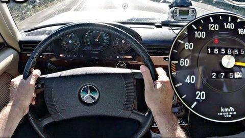 Mercedes-Benz 450 SEL 6.9: Takmer 7 litrový 8-valec skúša maximálku na nemeckej diaľnici! (VIDEO)