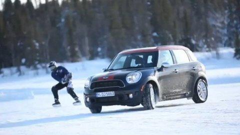 Mini Countryman s hokejistami v záprahu (video)