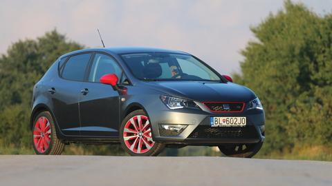 Motoring: Modernizovaný Seat Ibiza, novinky Mini a BMW a nová Toyota Prius