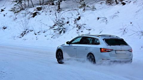 Motoring: Najvýkonnejšia Škoda Superb na snehu a Mitsubishi L200 v blate