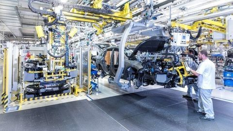 Jaguar chce u nás vyrábať batérie, nových ľudí hľadá aj Volkswagen