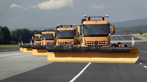 Trucky ovládané na diaľku odpratávajú sneh