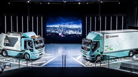 Zákazníkom odovzdali prvé elektrické trucky Volvo