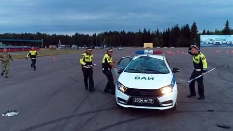 Policajná Lada Vesta sa pri pokuse o otočku prevrátila