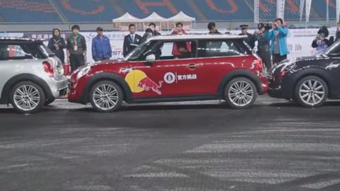 Pozrite si nový rekord v pozdĺžnom parkovaní. Stačí priestor o 80 mm dlhší než auto